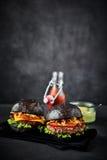 对在黑餐巾的汉堡包与拷贝空间 免版税库存照片