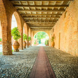 对地中海样式庭院的入口 库存图片