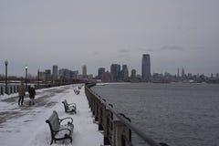 对地平线的冬天堤防 库存图片