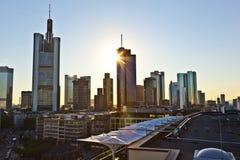 对地平线的看法在有摩天大楼的法兰克福 库存照片