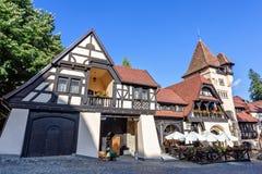 对地方礼物的白天视图和纪念品店和咖啡馆与um 库存图片