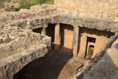 对坟茔的入口 国王的坟茔在帕福斯,塞浦路斯 免版税库存图片