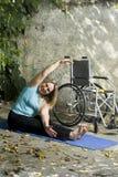 对垂直的轮椅妇女的下舒展 免版税库存图片