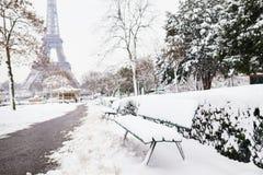 对埃佛尔铁塔的风景看法在与大雪的一天 免版税库存图片