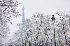 对埃佛尔铁塔的风景看法在与大雪的一天 库存照片