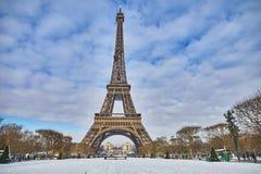 对埃佛尔铁塔的风景看法在与大雪的一天 库存图片