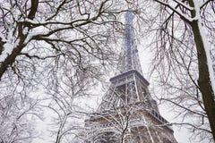 对埃佛尔铁塔的风景看法在与大雪的一天 免版税库存照片