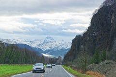 对城堡和山的路视图在瑞士 库存照片