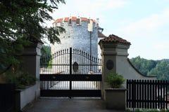 对城堡捷克施滕贝格城堡的主楼的入口门  免版税库存照片