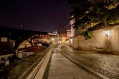 对城堡- Ke Hradu -在布拉格城堡的一个短的胡同在晚上,捷克 免版税库存图片