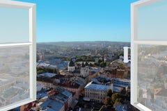 对城市屋顶的被打开的窗口  免版税库存图片