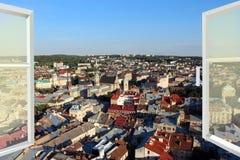 对城市屋顶的被打开的窗口 库存照片
