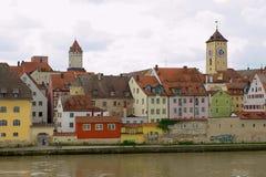对城市的历史大厦的看法横跨多瑙河的在Regensbusg,德国 免版税库存照片