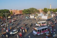 对城市的拥挤的街的看法在晚上高峰时间在斋浦尔,印度 库存照片