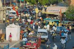 对城市的拥挤的街的看法在晚上高峰时间在斋浦尔,印度 免版税库存照片