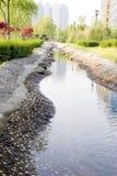 对城市的溪 免版税库存照片