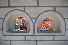 对城市的视图从拱道 免版税库存图片