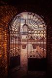 对城市的钢门 免版税库存照片