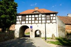对城市Lagow的老门在波兰 免版税库存图片