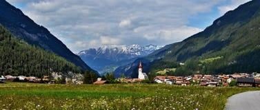 对城市Pfunds的奥地利阿尔卑斯全景看法 免版税库存图片