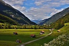 对城市Pfunds的奥地利阿尔卑斯看法 免版税图库摄影