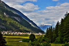 对城市Pfunds的奥地利阿尔卑斯看法 免版税库存图片