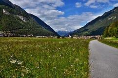 对城市Pfunds的奥地利阿尔卑斯看法 免版税库存照片