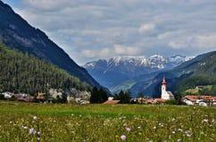 对城市Pfunds的奥地利阿尔卑斯看法 库存图片