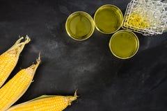 对基因上修改过的新鲜的甜玉米的研究 库存照片