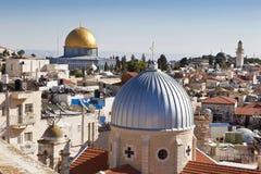 对基督徒,犹太和穆斯林神圣的位置的耶路撒冷全景屋顶视图 库存照片
