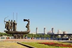 对基辅的创建者的普遍的纪念碑第聂伯河银行的 免版税库存照片