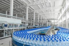 对塑料的生产装瓶工厂 免版税库存图片