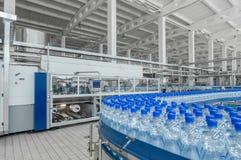 对塑料的生产装瓶工厂 免版税图库摄影
