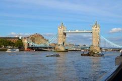对塔桥梁的看法在一个晴天 免版税库存图片