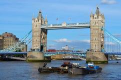 对塔桥梁的看法在一个晴天 库存图片