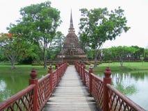 对塔的红色桥梁 免版税库存图片