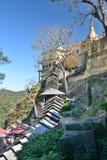 对塔翁Kalat修道院的被盖的楼梯 登上Popa 曼德勒地区 缅甸 库存照片