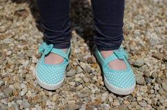 对夏天由一个女孩穿上鞋子破旧 图库摄影