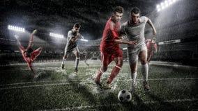 对多雨3d体育比赛场所的残酷足球行动 有球的成熟球员 免版税库存图片