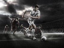 对多雨3d体育比赛场所的残酷足球行动 有球的成熟球员 免版税图库摄影