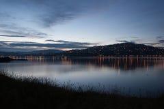 对夜城市的看法与光的小山的从海岸 免版税库存图片