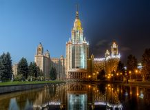 对夜系列的天:罗蒙诺索夫莫斯科大学 图库摄影