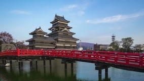 对夜间马塔莫罗斯城堡地标流逝录影的天在马塔莫罗斯市,长野,日本timelapse 4K 股票视频