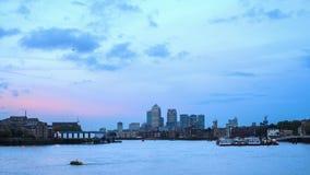 对夜间流逝,金丝雀码头,伦敦的天 影视素材