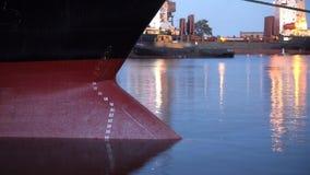 对夜timelapse的天淹没在船下货物重量货轮弓入水 在bulker的吃水标 股票录像