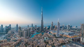 对夜timelapse视图的迪拜街市天从上面在迪拜,阿联酋