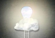 对大匙孔的梯子在云彩掩藏的白色墙壁 库存图片