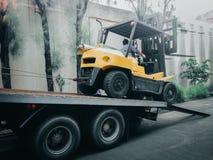 对大卡车的大叉架起货车移动相反运输的a 免版税库存照片