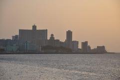 对大厦在Malecon,哈瓦那的日落视图 免版税库存照片