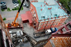 对大厦的屋顶的起重机械 库存照片